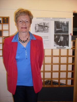 Françoise Lamoureux devant un panneau de l'exposition 1