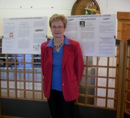 Françoise Lamoureux devant un panneau de l'exposition 2